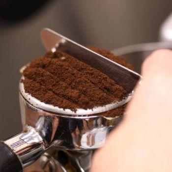 tamping espresso